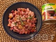 Ярешко печено с кисели краставички, цвекло, розмарин и сметанов сос в тава на фурна